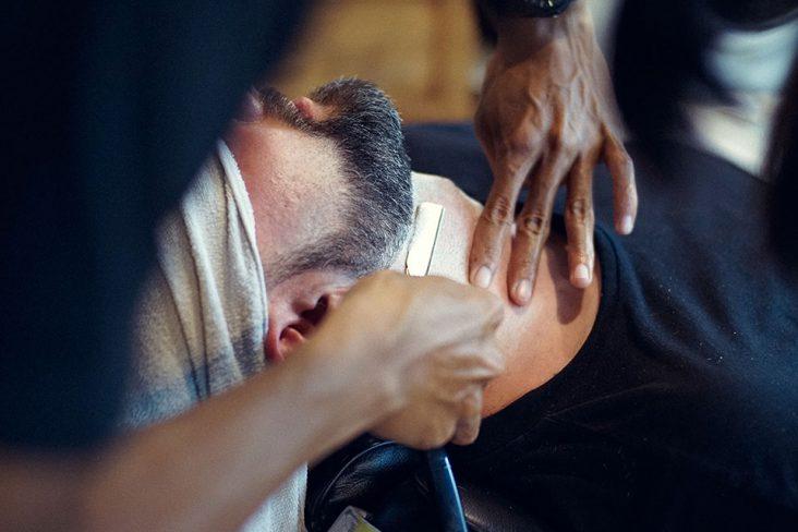 dettaglio rasatura barba uomo