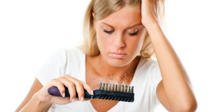 Spazzola piena di capelli caduti