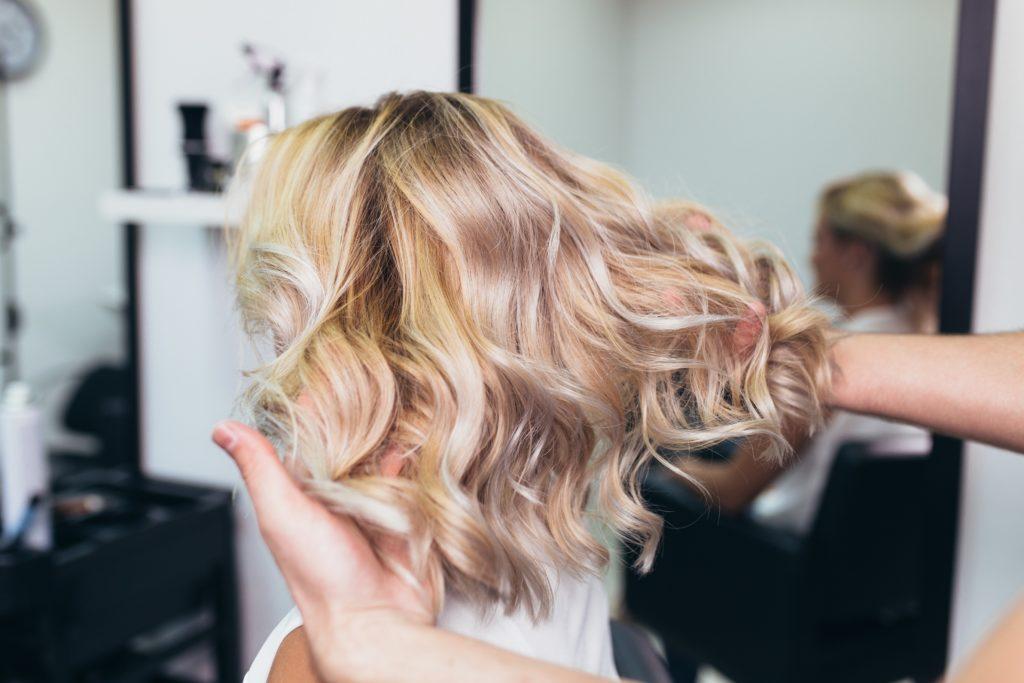 Per dare volume ai capelli lisci