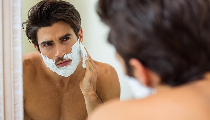 Uomo che cura la follicolite del viso da barba
