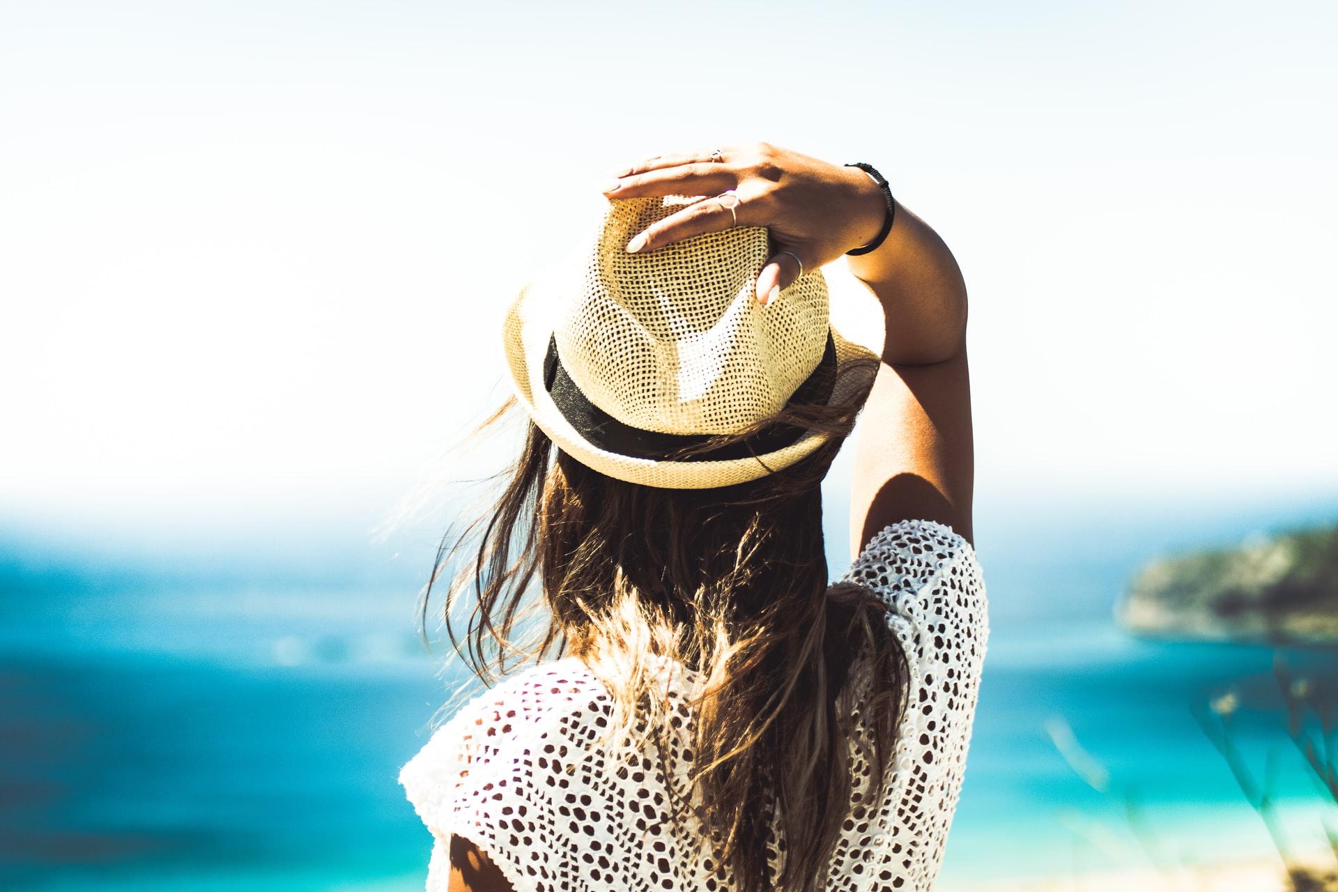 ragazza che guarda il mare d'estate