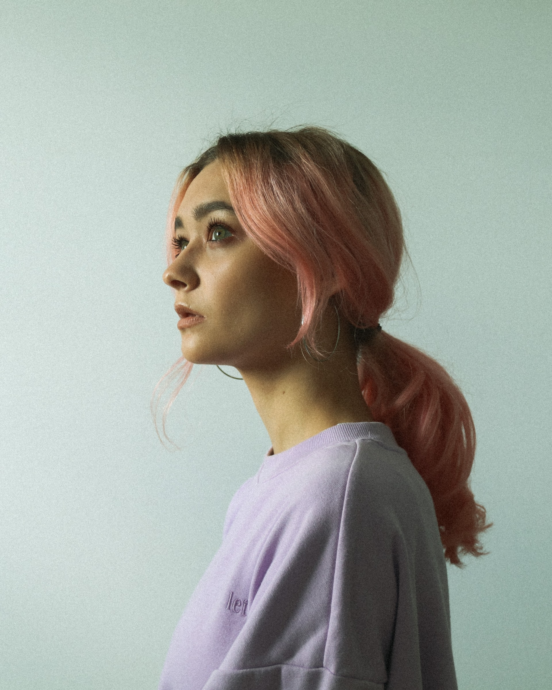 Ragazza con capelli rosa e coda bassa